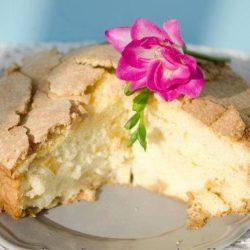 Шарлотка на кислому молоці: пять простих покрокових рецептів пирога з яблуками та іншими фруктами