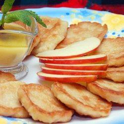 Оладки з яблуками на дріжджах шість простих покрокових рецептів