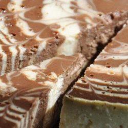 Як смачно приготувати шоколадний торт з сирним кремом: пять простих покрокових рецептів