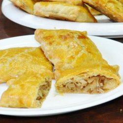 Пиріжки з капустою з листкового тіста: шість простих покрокових рецептів