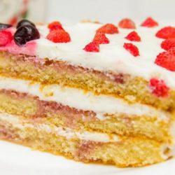 Торт з бісквітних коржів пять простих покрокових рецептів