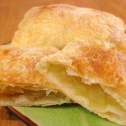 Листкові пиріжки з яблуками: шість простих покрокових рецептів