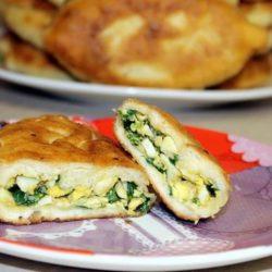 Пиріжки з зеленою цибулею і яйцем, смажені на сковороді пять простих покрокових рецептів