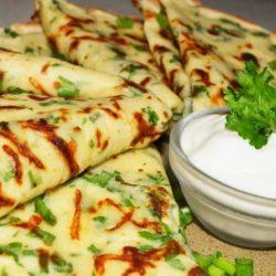Як швидко приготувати смачні і ароматні млинці з цибулею: пять простих покрокових рецептів
