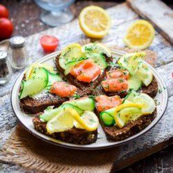 Як швидко зробити смачні бутерброди з червоною рибою (сьомгою), крем-сиром і огірком