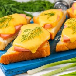 Гарячі бутерброди з ковбасою та сиром у духовці покроковий рецепт фото