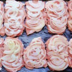 Мясо з цибулею в духовці - пять покрокових рецептів