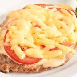 Відбивні зі свинини з помідорами і сиром в духовці: 5 покрокових рецептів