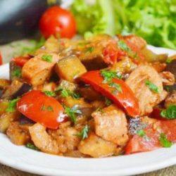 Тушковану яловичину з баклажанами: пять простих покрокових рецептів