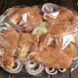 Свинину в пакеті в духовці шість простих покрокових рецептів