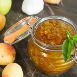Соус з абрикосів на зиму: пять простих покрокових рецептів
