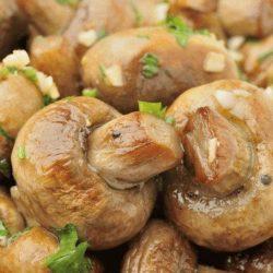 Як швидко приготувати смачні гриби печериці в духовці цілком: шість домашніх покрокових рецептів