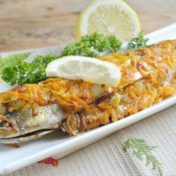 Скумбрію в духовці з морквою пять простих покрокових рецептів