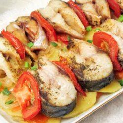 Скумбрія, запечена з картоплею в духовці: 5 простих покрокових рецептів