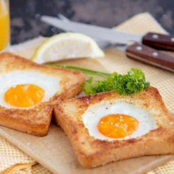 Яєчню в хлібі шість простих покрокових рецептів